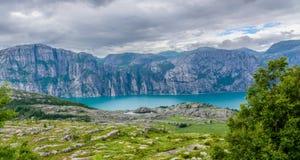 Bello panorama norvegese del fiordo dalla costa di Lysefjord, Norvegia Fotografia Stock