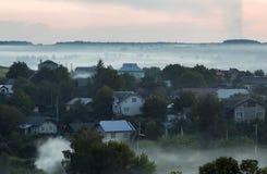 Bello panorama pacifico della campagna di estate di vista superiore ad alba Cottage residenziali fra gli alberi verdi coperti di  immagini stock