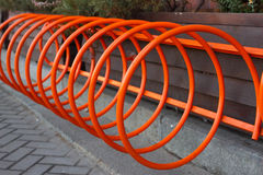 Bello parcheggio per le biciclette Arancia di spirale a Kiev, Ucraina fotografia stock