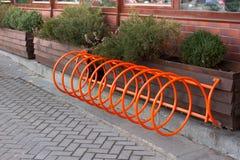 Bello parcheggio per le biciclette Arancia di spirale a Kiev, Ucraina immagine stock