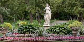 Bello parco ben tenuto di estate fotografie stock libere da diritti