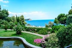 Bello parco con la vista del mare immagini stock