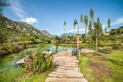 Bello parco nella cittadina di Morin nella baia di Boka Kotorska immagine stock
