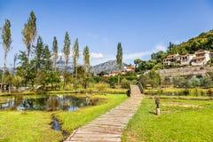 Bello parco nella cittadina di Morin nella baia di Boka Kotorska immagini stock