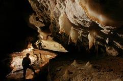 Bello passaggio della caverna con i cavers Fotografia Stock