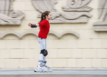 Bello pattinaggio a rotelle dell'adolescente Fotografia Stock