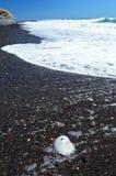 Bello Pebble Beach nero a Kamari, Santorini - Thira, Cycla fotografie stock