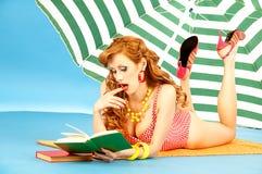Bello perno sexy della ragazza in su sulla spiaggia sotto il sole Fotografia Stock