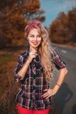 Bello perno sulla ragazza sulla strada fotografie stock libere da diritti