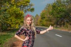 Bello perno sulla ragazza sulla strada immagini stock libere da diritti