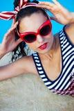 Bello perno sulla ragazza vicino alla piscina Fotografia Stock
