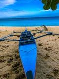 Bello peschereccio blu alla spiaggia immagine stock