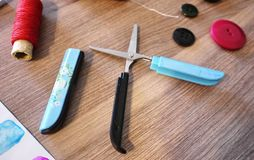 Bello pezzo elegante e comodo di forbici, fotografie stock