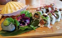 Bello piatto dei sushi di Ura Maki con la cottura a vapore delle coperture di pettine Fotografia Stock