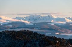 Bello picco di montagna durante la stagione invernale Fotografie Stock Libere da Diritti