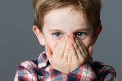 Bello piccolo bambino insolente con gli occhi azzurri di divertimento per la sorpresa immagine stock