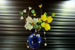 Bello piccolo mazzo dei fiori bianchi e gialli immagine stock libera da diritti
