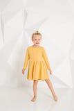 Bello piccolo modello di moda sul fondo bianco dello studio Ritratto della ragazza sveglia che posa nello studio Immagini Stock