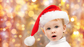 Bello piccolo neonato in cappello di Santa di natale Fotografia Stock Libera da Diritti