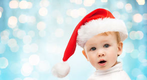 Bello piccolo neonato in cappello di Santa di natale Fotografie Stock Libere da Diritti