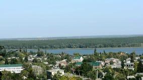 Bello piccolo villaggio e la via principale che lo passa Lago blu colline e foreste che circondano il villaggio archivi video