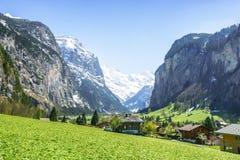 Bello piccolo villaggio nella valle della montagna delle alpi con Fotografia Stock Libera da Diritti