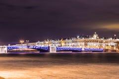 Bello ponte del palazzo su Neva River in San Pietroburgo in Russia fra il quadrato del palazzo e l'isola di Vasilievsky nell'orar fotografia stock libera da diritti