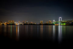 Bello ponte dell'arcobaleno di Tokyo alla notte fotografia stock