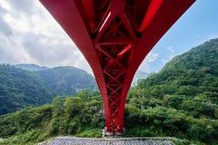 Bello ponte rosso di Shakadang nella vista dell'angolo alto immagine stock