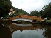 Bello ponte sopra il yala della Tailandia della caverna del wat del canale Fotografia Stock Libera da Diritti