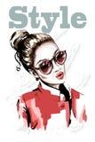 Bello portait disegnato a mano della giovane donna Donna di modo in occhiali da sole Ragazza alla moda in rivestimento rosso illustrazione vettoriale
