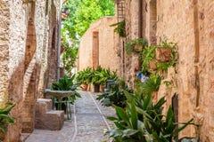 Bello portico decorato in cittadina in Italia nel giorno soleggiato Fotografia Stock Libera da Diritti