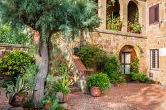 Bello portico nella città antica in Toscana Fotografie Stock