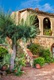 Bello portico nella città antica in Toscana Immagine Stock