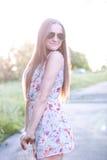 Bello prato di verde del campo della ragazza in vestito delicato dal parco di estate, godente dello svago, stile di modo, vita di Immagine Stock Libera da Diritti
