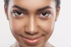 Bello preoccuparsi africano della ragazza del suo aspetto immagini stock