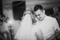 Bello primo ballo toccante di fotografia bianca nera della sposa e dello sposo Fotografie Stock
