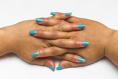 Bello primo piano delle mani di una giovane donna con il manicure blu lungo sulle unghie 1 fotografia stock