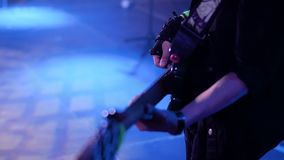 Bello primo piano di un bassista ad un concerto rock Luce molto bella Nelle mani dei guanti del bassista archivi video