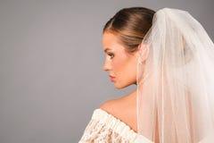 Bello profilo della sposa che porta un velare in studio Immagini Stock