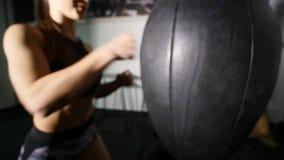 Bello punching ball di addestramento della donna di kickboxing in serie adatta del kickboxer del corpo di forza feroce dello stud archivi video