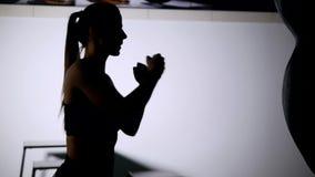 Bello punching ball di addestramento della donna di kickboxing in serie adatta del kickboxer del corpo di forza feroce dello stud stock footage