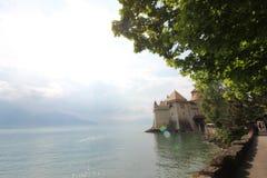 Bello punto di vista di Chateau de Chillon famoso al lago Lemano immagini stock libere da diritti