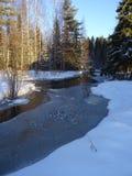 Bello punto di vista del paese con un piccolo fiume in Finlandia, qui in Scandinavia Immagini Stock Libere da Diritti