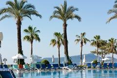 Bello punto di vista della piscina vicino all'hotel fotografia stock