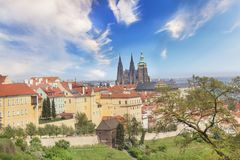 Bello punto di vista della st Vitus Cathedral, del castello di Praga e di Mala Strana a Praga, repubblica Ceca fotografie stock