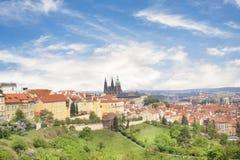 Bello punto di vista della st Vitus Cathedral, del castello di Praga e di Mala Strana a Praga, repubblica Ceca fotografia stock libera da diritti