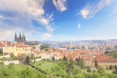 Bello punto di vista della st Vitus Cathedral, del castello di Praga e di Mala Strana a Praga, repubblica Ceca fotografia stock