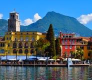 Bello punto di vista di Riva del Garda, dell'argine, dei caffè e dei ristoranti Polizia del lago, regione Lombardia, Italia immagine stock libera da diritti