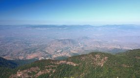 Bello punto di vista di scena di panorama di Kew Mae Pan Nature Trail nel parco nazionale di Doi Inthanon, Chiang Mai, Tailandia fotografia stock libera da diritti